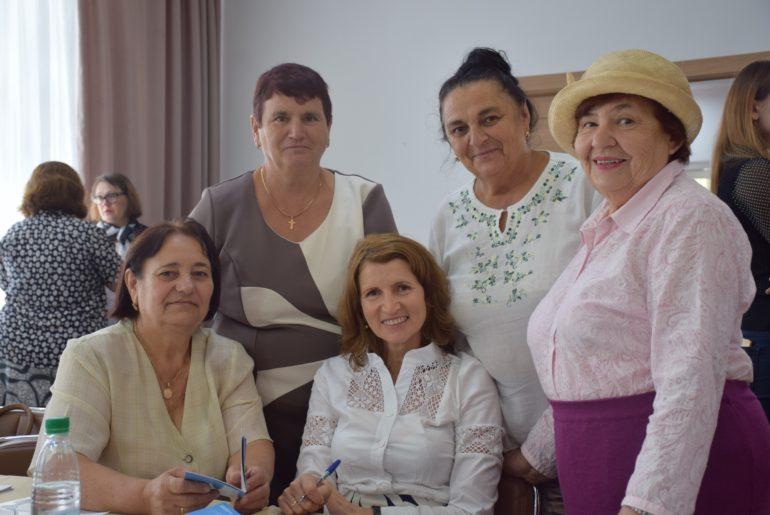 un-grup-de-femei-din-satul-donici-care-vor-lucra-cu-femeile-in-varsta-in-satul-lor